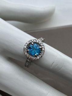 Bague en or blanc avec topaze suisse Diamond Rings, Diamond Engagement Rings, Sapphire, Zirconium, Wedding Rings, Claude, Dimensions, Jewelry, Products