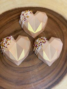 Menta Chocolate, Chocolate Bomb, Chocolate Hearts, Chocolate Molds, Valentines Day Cakes, Valentine Treats, Velvet Cake, Red Velvet, Cake Pop Designs