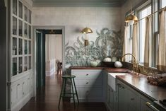 "Lush Luxe: An ""Ode to the Pacific Northwest"" in a Portland Craftsman (Remodelista: Sourcebook for the Considered Home) Old Home Renovation, Gebogenes Sofa, Built In Sofa, Built Ins, Kitchen Wrap, Shaker Kitchen Cabinets, Cuisines Design, Home Interior, Kitchen Interior"