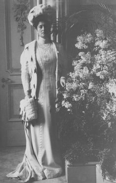 Tsarina Alexandra Feodorovna Dresses briefly lost blouson, pouter pigeon, and over hanging bodices around 1910. Alexandra, it can be seen, had a gorgeous figure.