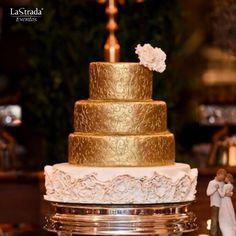 A mesa do bolo é um dos destaques da festa, por isso deve ser bem decorada. Louças, flores, velas e forminhas dos doces devem estar em harmonia entre si e com os demais elementos da festa.