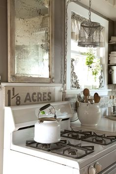 Style Kitchens: 10 Amazing Design Tips Our vintage white stove is perfect for my country kitchen.Our vintage white stove is perfect for my country kitchen. Cozinha Shabby Chic, Shabby Chic Kitchen, Shabby Chic Style, Country Kitchen, Quirky Kitchen, Cottage Kitchens, Home Kitchens, Rustic Kitchens, Comedor Office