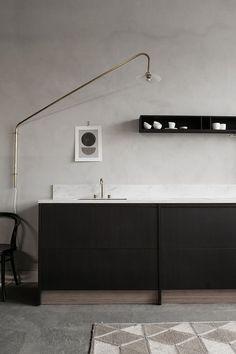 These minimalist kitchen suggestions are equal parts serene and also stylish. Locate the best ideas for your minimalist design kitchen that matches your preference. Browse for fantastic photos of minimalist style kitchen for ideas. Country House Interior, Interior Design Kitchen, Minimal Kitchen Design, Minimalistic Kitchen, Küchen Design, Home Design, Chair Design, Home Decor Items, Cheap Home Decor