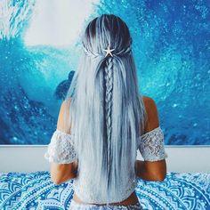 hellblaue, lange Haare, Seestern als Haarschmuck, Spitzenbluse, eine schöne Meerjungfrau, Wasser im Hintergrund