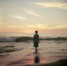 """""""La photographe Meagan Abell a retrouvé il y a quelques jours dans une friperie une série de quatres rouleaux de pellicules moyen-format, sur lesquelles se trouvait cette série de très jolies photos d'une jeune femme s'enfonçant doucement dans l'océan et probablement prises dans les années 40 ou 50."""" laboiteverte"""