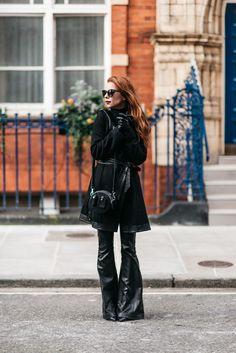 -casaco Nasty Gal -calça Blank NYC -bolsa Alexander Wang -sapatos Gianvito Rossi para Farfetch -óculos Julia Petit para Chilli Beans