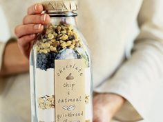 Homemade gifts in a jar are easy and cheap to make! To make these homemade gifts in a jar simply layer the ingredients per the recipe, add a ribbon and cute tag… Holiday Fun, Holiday Gifts, Christmas Gifts, Homemade Christmas, Hostess Gifts, Christmas Hamper, Housewarming Gifts, Simple Christmas, Christmas Cookies