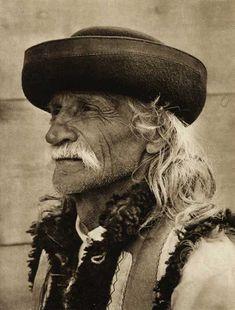 Romania - old photos - by Kurt Hielscher Romanian Men, History Of Romania, Old Faces, Vintage Photographs, Old Photos, Beauty, Ukraine, Costume, Ethnic
