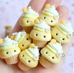 Polymer Clay Cupcake, Cute Polymer Clay, Cute Clay, Polymer Clay Miniatures, Polymer Clay Charms, Diy Clay, Clay Crafts, Banana Pudding Cupcakes, Kawaii Dessert