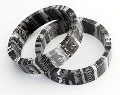 Revista reciclada envuelto pulsera Eco amigable en tonos de blanco y negro - asfalto urbano