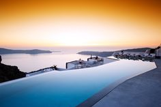 Stylish and luxurious villa at Grace Santorini The luxury Santorini hotel is set in a spectacular location high above Santorini's Caldera. Here can enjoy stunning Aegean sunsets over the Cyclades from. Santorini Grecia, Santorini Island, Mykonos Greece, Hotels With Infinity Pools, Santorini Luxury Hotels, Epic Pools, Century Hotel, Best Rooftop Bars, Beste Hotels