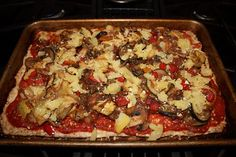 (2013-01) 30-minute meatza *** Crust of ½ kilo ground meat (seasoned por supuesto), bake at 190° for 15 minutes on a cookie sheet *** Remove from oven. You will notice it will have a slimey layer on top - scrape that off with a spoon *** Add topping + cheese and bake for another 10 minutes