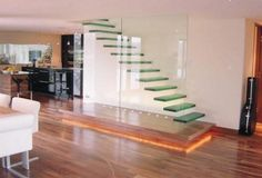 kragtreppe glas minimalistisch bodenleuchten glaswand