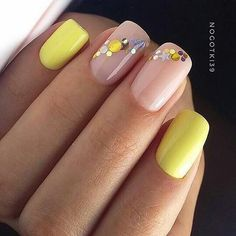 False nails have the advantage of offering a manicure worthy of the most advanced backstage and to hold longer than a simple nail polish. The problem is how to remove them without damaging your nails. Cute Nails, Pretty Nails, Nail Deco, Gel Nails, Nail Polish, Shellac, Confetti Nails, Yellow Nail Art, Short Square Nails