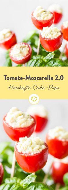Cake Pops alla caprese. Das Besondere: Der Mozzarella kommt nicht als kleine Kugel, sondern als zarte Creme in die Tomate.