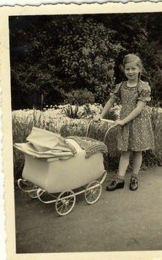 Foto Mädchen mit Zöpfen und Puppenwagen | eBay