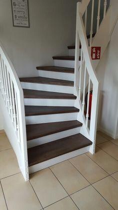 Weiße Holztreppe, dunkle Stufen, geschlossene Variante, gedrechselte Holzstreben.