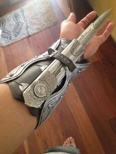 Beautiful Assassin's Creed Folding Blade Assassins Creed Cosplay, Assassins Creed Tattoo, Pretty Knives, Cool Knives, Shuriken, Swords And Daggers, Knives And Swords, Assassin's Creed Hidden Blade, Armas Ninja