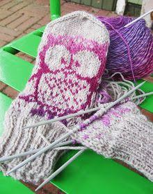 Koti kuusen alla: Muutama sananen kirjoneuleen tekemisestä Mittens Pattern, Knit Mittens, Knitted Gloves, Knitting Socks, Knit Socks, Diy Crochet, Crochet Hats, Joko, Winter Hats