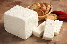 Peynirleri dilimlemeden önce soğuk suyun veya buz dolu bir kabın içinde birkaç dakika bekletirsen, kolaylıkla kusursuz dilimler elde edebilirsin!