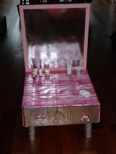 Kaptafel gemaakt voor een meisje, met een echt laadje waarin het cadeautje zat.