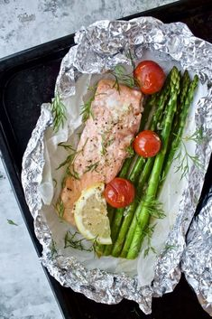 Laks med asparges og citronsauce - Mad på 20 minutter Salmon with asparagus and lemon sauce - Food in 20 minutes Salmon Recipes Stove Top, Leftover Salmon Recipes, Shellfish Recipes, Fish Dishes, Fabulous Foods, I Love Food, Food Inspiration, Food Porn, Food And Drink