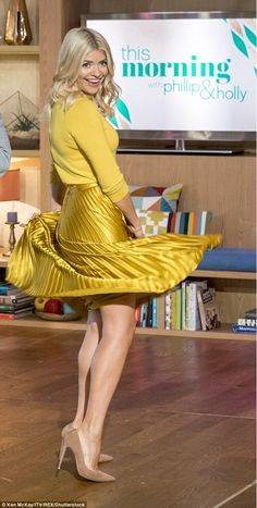 Holly Willoughby continues to flaunt her tiny waist in a stylish look Beautiful Legs, Gorgeous Women, Holly Willoughby Legs, Tv Presenters, In Pantyhose, Nylons, Beautiful Celebrities, Satin Dresses, Sexy Legs