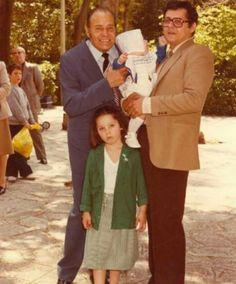 Ο άρχοντας της κωμωδίας, ο  Λάμπρος Κωνσταντάρας με το γιο του Δημήτρη και τα εγγονακια του, Παυλίνα και Λάμπρο. Greek, Cinema, Actors, Couple Photos, Couples, Vintage, Couple Shots, Movies, Couple Photography