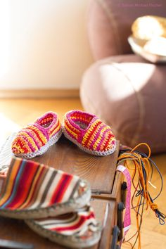 Babyschuhe häkeln: Sind die niedlich Ballerinas, espadrilles, sneakers – these shoe classics are also available in miniature to make yourself. How to crochet the baby shoes? Crochet Baby Booties, Crochet Slippers, Baby Slippers, Textiles, Baby Knitting Patterns, Crochet For Kids, Diy For Kids, Espadrilles, Ballerinas