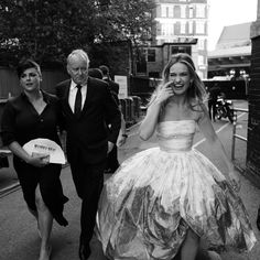 Lily James and Stellan Skarsgård ate the London Premiere of Mamma Mia! Here we go again 2018 - black and white - preto e branco Lily James, British Actresses, Actors & Actresses, Forever Young, Mamma Mia Wedding, Pretty People, Beautiful People, Scottish Actors, Cinema