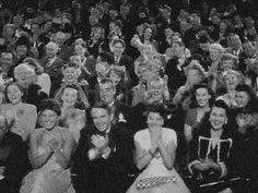 gif animado aplausos plateia em preto e branco batendo palmas video