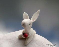 Conejito con sombrero único fieltro peluche conejo por LoveLingZ