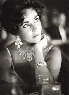 Elizabeth Taylor vestindo uma criação de Balmain e Cartier jóias, fotografada por Richard Avedon, de Harper Bazaar julho 1961.