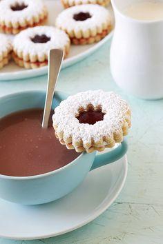 Sablés à la confiture très fondants à la bouche. Une recette facile et rapide. Le secret pour avoir des biscuits fondants est l'ajout de Maïzena dans la pâte. Parfaits au goûter pour accompagner un café au lait ou un thé.