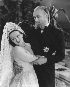 Escena del filme JUAREZ (1939) con Bette Davis  y Brian Aherne en los papeles de Carlota y Maximiliano respectivamente. En esta parte de la película se escucha de fondo una buena versión de LA PALOMA, canción mexicana del siglo XIX que llegó a ser la favorita de la emperatriz Carlota (la de la vida real).