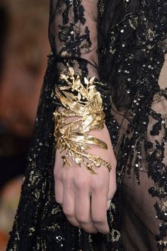 Gold Jewelry Elie Saab Couture Fall Oh my goodness I love it! This filigree designed gold cuff is one in a million. - Elie Saab at Couture Fall 2015 - Details Runway Photos Elie Saab Couture, Valentino Couture, Diy Schmuck, Schmuck Design, Couture Details, Fashion Details, Alternative Mode, Alternative Fashion, Fashion Accessories