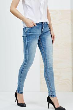 Spodnie jeansowe rurki niebieskie z przetarciami