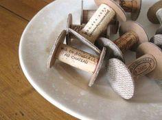 Spuken aus Weinkorken, Karton, Jute & Kleber für Bänder, Spitzen, etc.