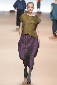Issey Miyake RTW Fall 2014 - Slideshow - Runway, Fashion Week, Fashion Shows, Reviews and Fashion Images - WWD.com