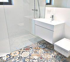 Nowoczesna, biała łazienka z mocnym akcentem kolorystycznym. - zdjęcie od Luxum Bath Mat, Bathroom, Home Decor, Washroom, Decoration Home, Room Decor, Full Bath, Bath, Home Interior Design