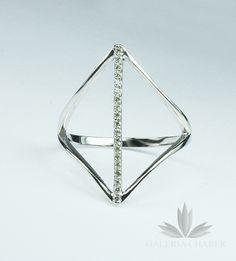 Subtelny pierścionek ze srebra z delikatnymi cyrkoniami