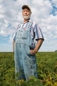 George Naylor, Iowa, United States, standing in a field of  ??  FACES OF FARMING All around the world, small farms are playing a big role in feeding the world. These are a few of the men and women behind that effort. PHOTOGRAPHS BY JIM RICHARDSON