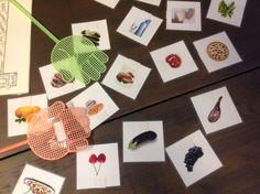 MATAMOSCAS: Spel om woordenschat te oefenen. Maak kaartjes van foto's/plaatjes van bepaalde voorwerpen, het liefst in thema's zoals 'fruit, kleding, supermarkt, etc'. Op de kaartjes en op de vliegenmeppers plak je klittenband. De docent noemt een woord en wie het woord weet slaat met de vliegenmepper op het plaatje.