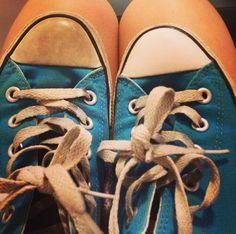 Lass deine Tennisschuhe mit einer Mischung aus Pulverwaschmittel, Backnatron und Wasserstoffperoxid wie neu aussehen.