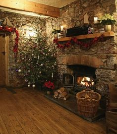 Christmas at the Cary Arms. THIS is my ideal Chr.- Christmas at the Cary Arms. THIS is my ideal Christmas setup/dream. … Christmas at the Cary Arms. THIS is my ideal Christmas setup/dream. Cosy Christmas, Christmas Fireplace, Primitive Christmas, Country Christmas, Xmas, Christmas Trees, Primitive Crafts, Christmas Snowman, Primitive Fall