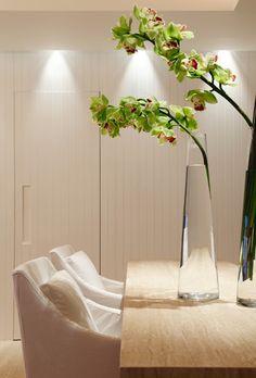 orchids stems in tall tapered vases - Apartamento BP - Arquiteto: Erick Figueira de Mello