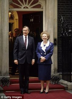 US President George Bush Sr and British Prime Minister Margaret Thatcher outside 10 Downing Street, London in 1989 American Presidents, Us Presidents, The Iron Lady, Presidential History, Margaret Thatcher, British Prime Ministers, Boris Johnson, Great Women, Great British