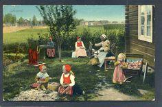 Leksandsbarn med folkdräkter Mor vid spinnrocken ca 1910 Eliassons Leksand, Sweden.