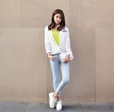 Giày thể thao nữ hàn quốc  màu trắng rất dễ để phối đồ cùng các mẫu thời trang hiện đại.