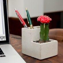 CONCRETE Beton Saksı Kalemlik Küçük Boy Beton Kalemlik ve Saksı – Küçük Boy Çalışma masanızın üstünü yeşillendirin!  Betondan yapılmış bu masaüstü organizatör hem kalemlerinizi saklıyor hem de üst tarafına bitki ekebiliyorsunuz. Materyal: Beton Boyutlar: 9.6 x 9 x 8 cm Tasarım: Chris Collicott